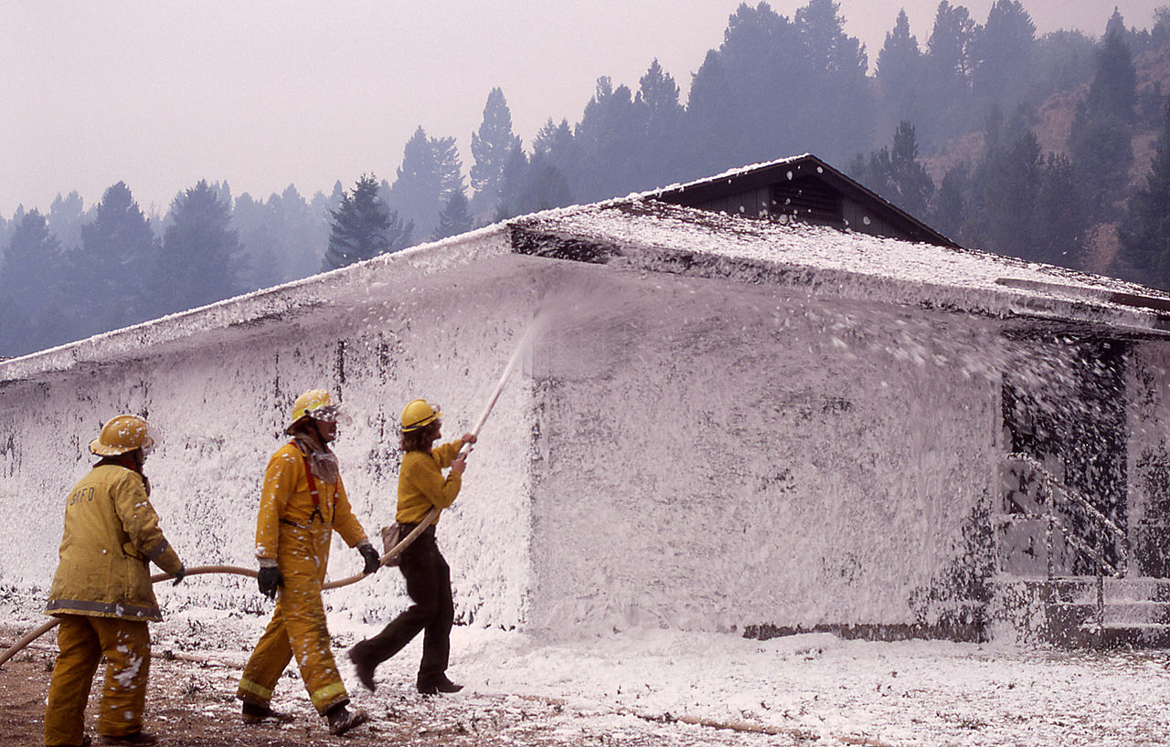 brandslukningsskum Firefighters sprayed foam on structures in the Mammoth Hot Springs complex on September 10, 1988 during the Yellowstone Fires.