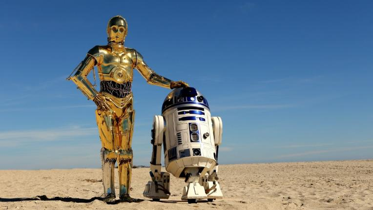 "C3PO og R2-D2. Fotografi taget i 2015, fra albummet ""Star Wars Photoshoot-Tatooine before the Force Awoke"", licenseret under Creactive Commons."